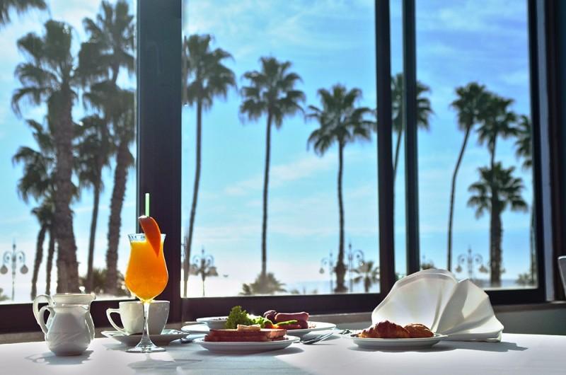Kategóriájának megfelelő, teljesen felújított  4 csillagos családbarát szálloda. A szálloda Larnaca központi részén helyezkedik el a tengerparttól nem messze.
