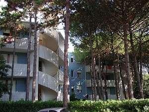 A teljesen felújított apartmanok Bibione Pineda városrészén található nyugodt helyen, közös tágas kerttel, 300 m-re a tengertől.