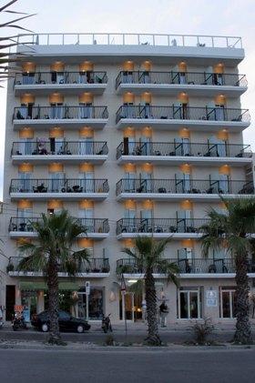 A hotel kiváló elhelyezkedésének köszönheti népszerűségét: számos étterem, bár, üzlet és buszmegálló is található a közelben. A hotel a tengerparti sétány mentén fekszik, emiatt csodálatos panoráma nyílik az öbölre és a kikötőre.