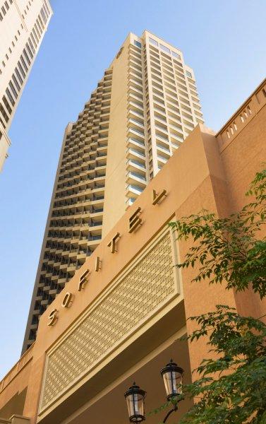 Az ötcsillagos luxusszálloda a 1,5 km hosszú Jumieirah Beachtől mintegy 100 méterre fekszik, ahol több mint 200 bolt, kávézó és étterem várja a vendégeket. A városközpont gyalog is könnyedén megközelíthető, kb. 3 km-re található a szállodától. A francia és modern arab stílus keveredése határozza meg a szálloda berendezését. Szabadtéri medencéje, teljesen felszerelt konditerme, szerteágazó szolgáltatásai felejthetetlenné teszik a pihenést.
