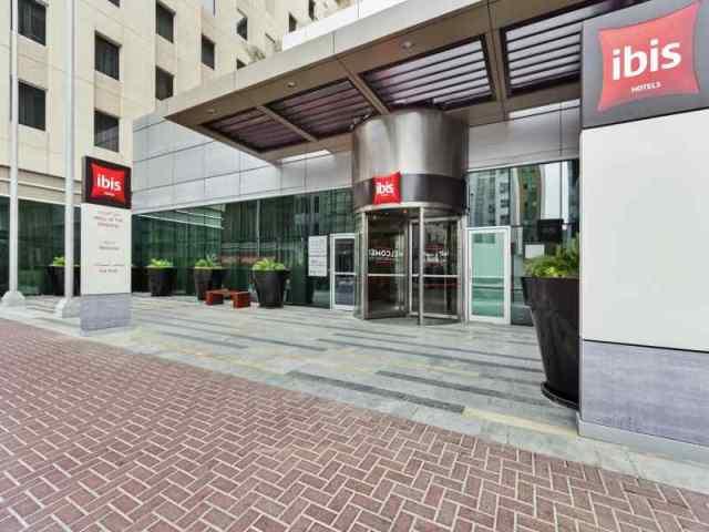 Az Ibis szállodalánc tagjaként megbízható színvonalat képviselő szálloda remek helyen, az Al Barsha városrészben, a Mall of Emirates bevásárlóközpont épületétől (és a Dubai Ski-től) kb. 2 perc sétatávolságban van. A szálloda elhelyezkedésének köszönhetően nemcsak vásárláshoz ideális, tökéletes kiindulópontja lehet Dubai felfedezésének, hiszen a metróállomás pár perc sétával elérhető, ahonnan könnyedén eljuthatunk a többi érdekes városrészbe. A varázslatos Jumeirah Beach-re (kb. 2 km) a szálloda saját, ingyenes buszjáratot üzemeltet vendégei részére.