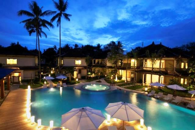 A 130 szobás szálloda modern köntösbe bújtatott különleges dizájnnal rendelkezik. Az üzleti és nyaralni vágyó utazóknak egyaránt tökéletes választás, jó elhelyezkedésének köszönhetően, hiszen Nusa Dua központja közelében található. Magas színvonalú szolgáltatásai miatt kedvelt a turisták körében. A 4*-os hotel mindössze 20 perc autóútra helyezkedik el a nemzetközi reptértől és 5 percnyire Bali központjától. 300 méterre található Nusa Beach tengerpartja, ahol a vízisportokon kívül a lélegzetelállító panoráma is lenyűgözi az ide érkezőket.