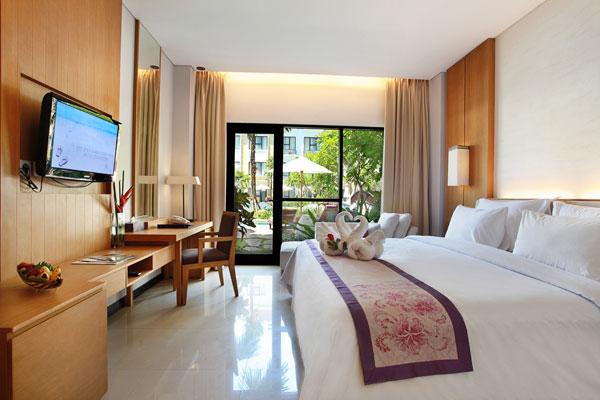 A szálloda Kuta Beach tengerpartján található, két épülettel rendelkezik. Fekvésének köszönhetően könnyen elérhető Kuta Beach központja - boltokkal, éttermekkel és kávézókkal. A nemzetközi reptértől mindössze 4,8 km-re, Inna Kuta városközpontjától pár perc séta távolságra található. Minden megtalálható itt, melyet az utazó Balin kereshet: vásárlási lehetőség, pezsgő éjszakai élet, bárok, kávézók, butikok. A helyiek klasszikus vendégszeretetének, a 4*-os minőségnek és a hagyományos és modern stílus kombinációjának köszönhetően teljes kikapcsolódást nyújt a vendégek számára.