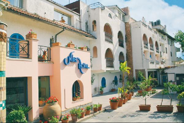 Nyaralás Szicílián: Közkedvelt, kellemes négy csillag besorolású szálloda Szicília szívében. Egy kis öbölben található a mediterrán stílusban épült szálloda, közvetlenül a parton, csodálatos kilátással Taorminára és az Etnára. A központ kb. 800 méterre található (gyalogosan is maximum fél órát vesz igénybe).