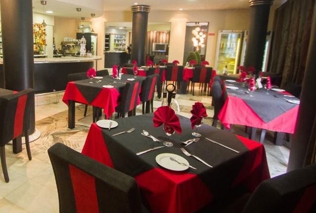 Az elegáns, nemrég felújított Hotel Windsor Madeira sziget déli partján Funchal történelmi központjában helyezkedik el. Közelében üzletek, éttermek, kávézók, bárok találhatók. A szálloda art deco stílusban berendezett szobákkal, tetőtéri medencével és napozóterasszal várja vendégeit, ahonnan gyönyörű kilátás nyílik a városra és az óceánra egyaránt.