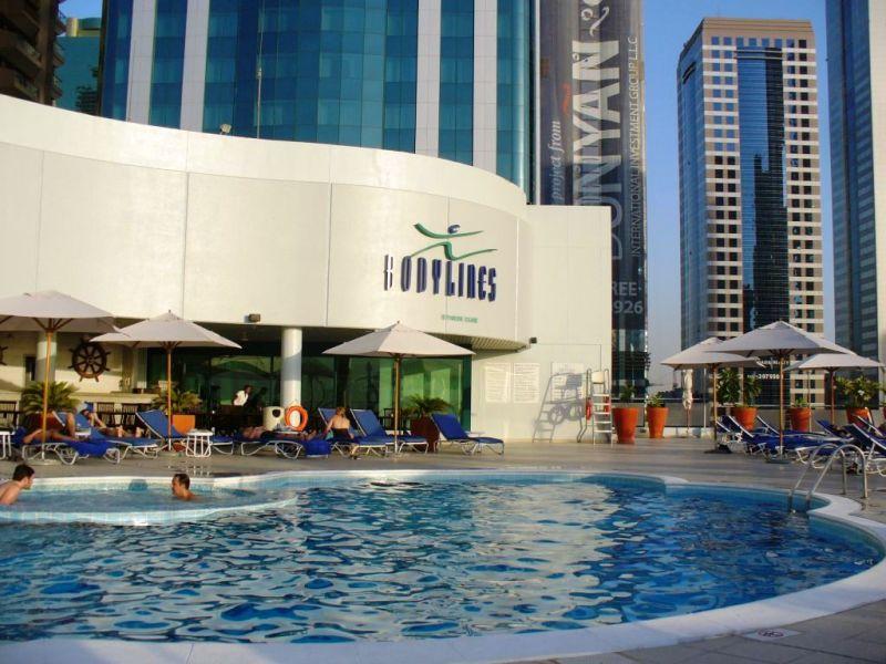 A Hotel Towers Rotana a híres Sheikh Zayed road-on helyezkedik el, dubai új üzleti negyedében. Kb. 20 percre (kb.15 km) található Dubai nemzetközi repülőtere és kb. 10 km a Jumeirah Beach. A közelben található a World Trade Center, a kiállítási központ és a Finnacial Centre metró állomás. Az ízlésesen berendezett szálloda több bárjával, éttermével, tetőtéri medencéjével, edzőtermével és wellness központjával teljessé teszi a kikapcsolódást.