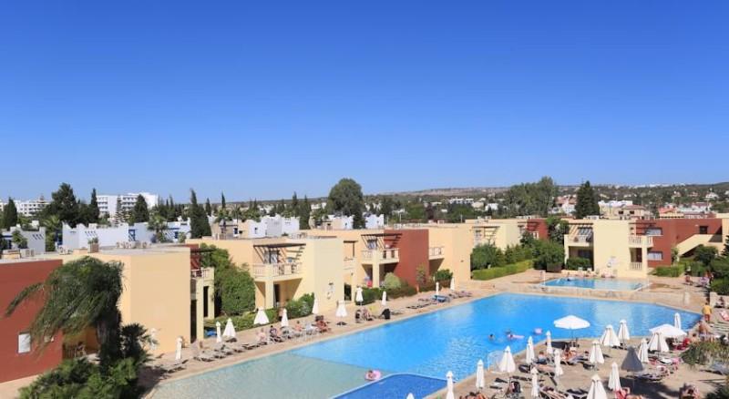 Az Electra Holiday Village Apartmanok **** közvetlenül a tengerparton, a városközponttól 1,6 km-re helyezkedik el, vízi parkkal, tágas szobákkal várja vendégeit.