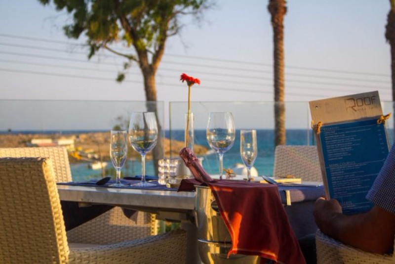 A kategóriájának megfelelő három csillagos szálloda közvetlenül a tengerparton található.