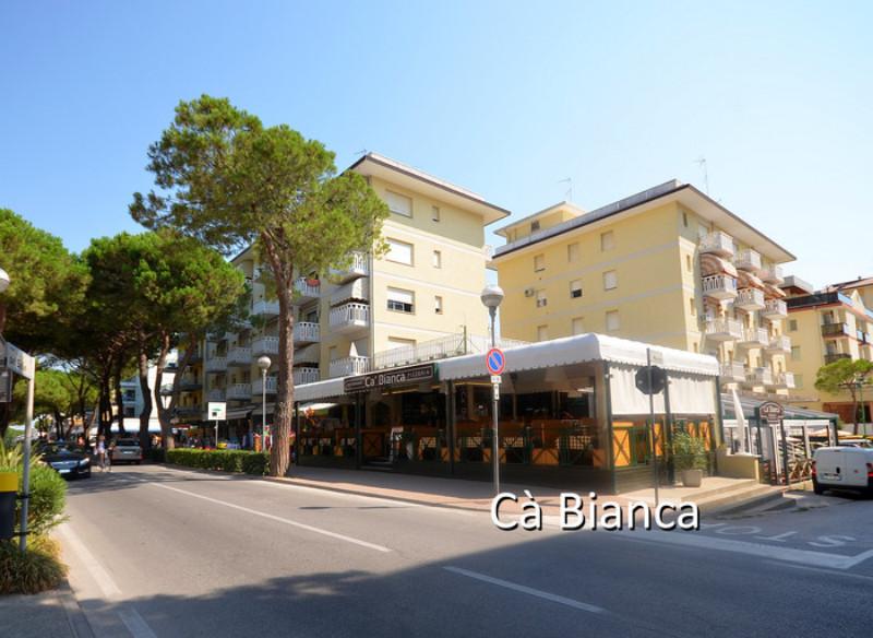 Külön épületekből álló apartmanházak 150-250 méterre fekszenek a tengertől Bibione központjában, foglalt parkolóhelyekkel (apartmanonként 1 db) várja vendégeit.