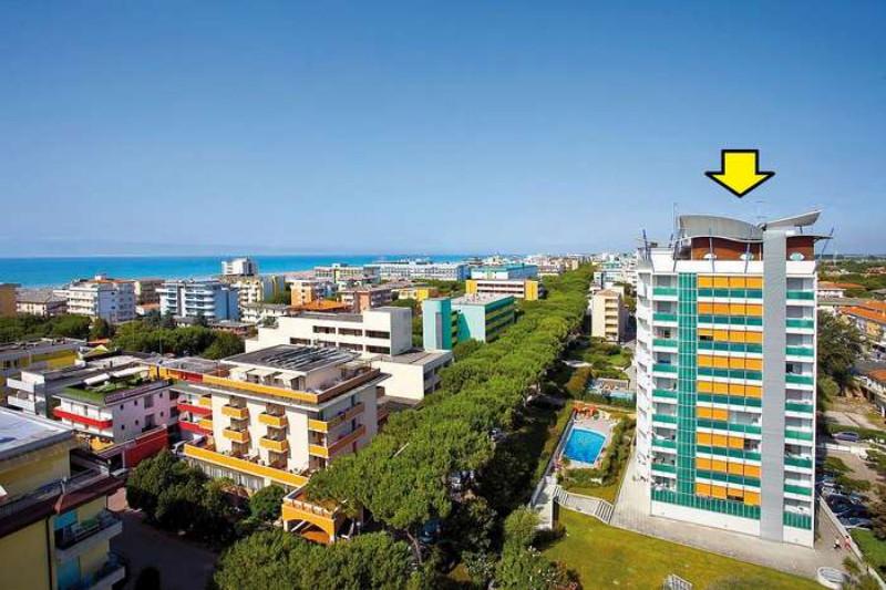 Újabb építésű, elegáns és luxus kivitelű apartmanház, 150 m-re a tengertől és 50 m-re a központtól várja vendégeit, medencével és napozóterasszal.