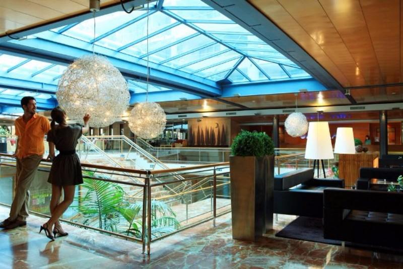 A kellemes, új építésű családbarát szálloda Santa Susanna hosszan húzódó homokos tengerpartjától nem messze található. Barcelona kb. 60 km távolságra fekszik, autóval, vonattal könnyedén elérhető. (vasútállomás, buszmegálló a közelben). A nemrégiben felújított egészségügyi és sport központjában több több szolgáltatás áll a vendégek rendelkezésre - felár ellenében a spa központ, edzőterem, fűtött tengervizes medence valamint kozmetikai kezelések is igénybe vehetők .