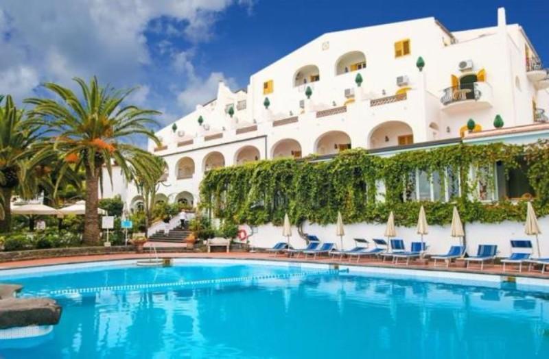 Az autentikus szicíliai stílusban berendezett hotel közvetlenül a sziklás partszakaszon található kb. 800 m-re Giardini Naxos központjától.