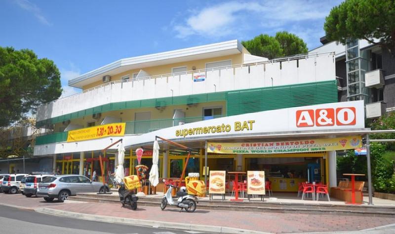 Modern 2 emeletes épület Lignano Riviera csendes részén kb. 400 m-re a parttól. Az épület alján szupermarket közelében pedig több bolt is található. Lignano Pineta központja kb 1,5 km-re van.