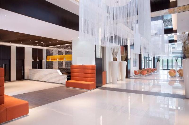 Az 588 szobás szálloda Dubai üzleti és kiállítási központjának közelében található, pár perc távolságra a World Trade center metrómegállótól. A szálloda kényelmes szobái mellett ázsiai fúziós étterem és konditerem és konferencia termek is várják a látogatókat. A modern, elegáns hotel kiváló kiindulópontja a város felfedezésének.
