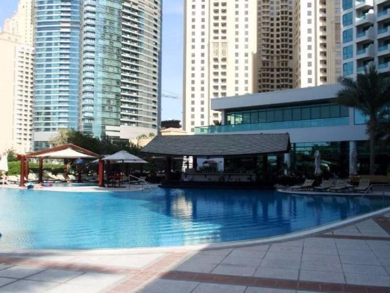 Jumeirah Beach aranyhomokos partján található szálloda tökélet kiindulópont Dubai városának felfedezéséhez. A nemzetközi repülőtér mindössze fél órás autóúttal elérhető. Nem messze található a Pálma szigettől, közel a The Walk sétálóutcához. Privát strandja, kültéri medencéje és letisztult stílusa miatt a Dubaiba utazók egyik legkedveltebb szállodája.