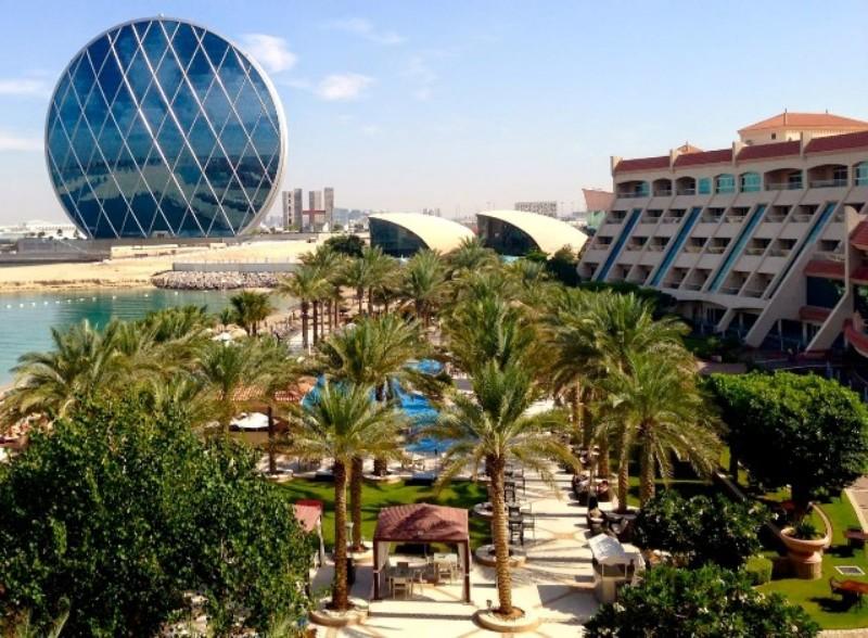 A szálloda Abu Dhabi üzleti negyedének közelében, közel az Al Raha bevásárlóközponthoz helyezkedik el. Kiemelkedő szolgáltatásainak köszönhetően tökéletes választás. Számos külső-, belső medencéjének és wellness központjának köszönhetően teljes lesz a kikapcsolódás. Az üdülőhely harmóniáját - a közel-keleti báj és vendégszeretet, a nyugati elegancia és luxus ötvözése teszi egyedülállóvá.