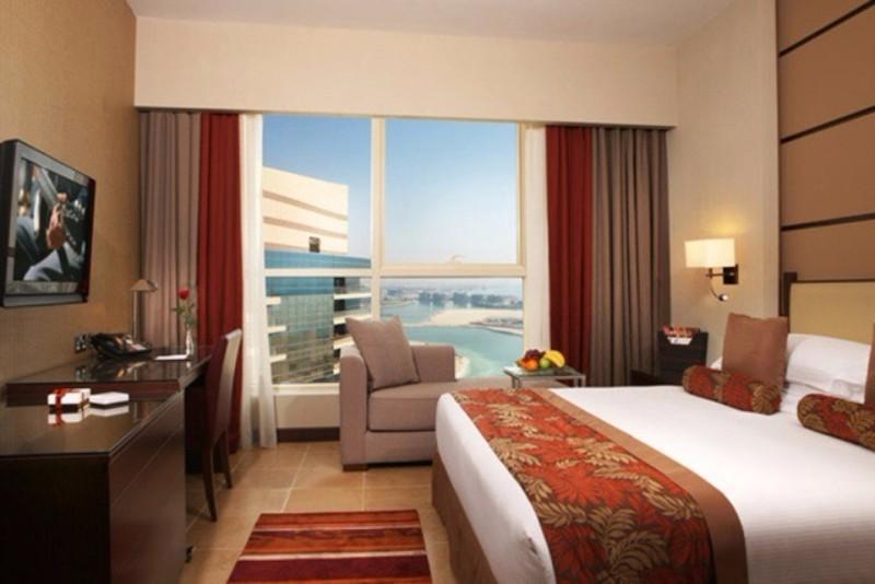 Közvetlenül a türkizkék Arab-öböl partján található a szálloda, közel a lélegzetelállító Elnöki Palotahoz, kb. 2 órányi autóútra Dubai városától. Az 5 csillagos luxus szálloda 443 gyönyörű szobával és lakosztállyal várja a vendégeket. Megjelenésében a modern design és a kortárs arab kultúra keveredik. Lenyűgöző medencéi, saját strandjának és széleskörű szolgáltatásainak köszönhetően tökéletes hely a kikapcsolódásra.