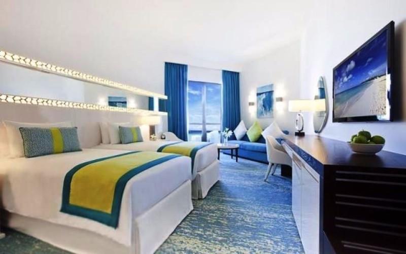 A szálloda kiváló elhelyezkedésének köszönhetően tökéletes választás. Dubai legkedveltebb tengerparti szakaszától, a Jumeirah Beach-től mindössze 200 m-re, a The Walk sétánynál található. Modern, kényelmes, ízlésesen berendezett szobáinak mindegyike tengerre néző kilátással és balkonnal teszi felejthetetlenné a pihenést. Merüljön el a szálloda temperált medencéjében vagy lazítson és töltődjön fel a wellnes részlegén.