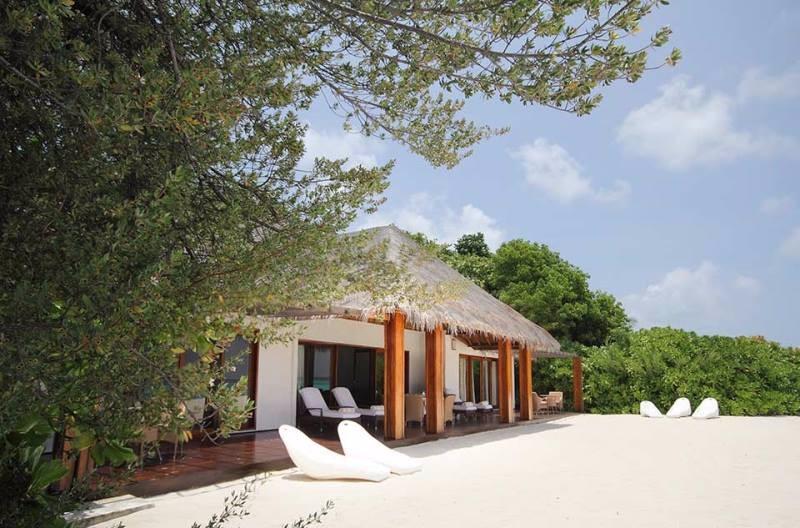 A lélegzetelállító Palm Beach Resort & Spa a Lhaviyani atollon található. Male nemzetközi repülőteréről kb. 40 perces hidroplán transzferrel érhető el a 2 km hosszú és 400 méter széles, fehérhomokos, buja növényzettel rendelkező sziget. Modern wellness szolgáltatások, vízi sport lehetőségek és ötcsillagos búvárközpont várja az ide érkezőket.
