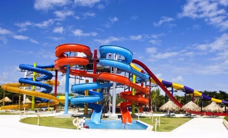 Az exkluzív öt csillagos Sirenis Resort Casino & Aquagames hotel az Uvero Alto strandján fekszik, ahonnan gyönyörű kilátás nyílik az óceánra. A szállodához wellness központ, kaszinó, élményfürdő csúszdaparkkal és 7 étterem is tartozik. Ajánljuk mind családoknak, pároknak és baráti társaságoknak. Itt minden megtalálható egy helyen, ami szükséges egy felejthetetlen nyaraláshoz.