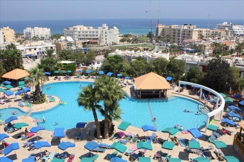 A hangulatos szálloda Protaras központjában fekszik, a repülőtértől kb. 60 km távolságra. A tengerpart egy kellemes sétával elérhető, kb. 400 méterre található.