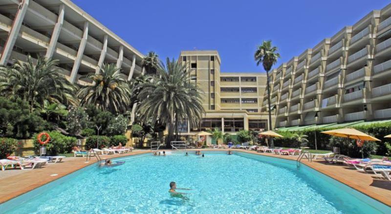 Az Apartamentos Jardin del Atlantico Gran Canaria déli partján, a Playa del Inglés homokos strandjától kevesebb, mint 10 perc sétára található. A komplexum gyönyörű trópusi kerttel, játszótérrel és pálmafákkal övezett szabadtéri medencével várja vendégeit. Ideális választás lehet pihenni vágyó pároknak, családoknak és baráti társaságoknak egyaránt.