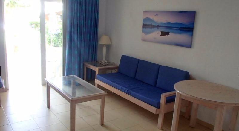 Az egyszerű szálláshely Gran Canaria déli partján, a Playa del Inglés homokos strandjától kevesebb, mint 10 perc sétára található. A komplexum gyönyörű trópusi kerttel, játszótérrel és pálmafákkal övezett szabadtéri medencével várja vendégeit. Ideális választás lehet pihenni vágyó pároknak, családoknak és baráti társaságoknak egyaránt.