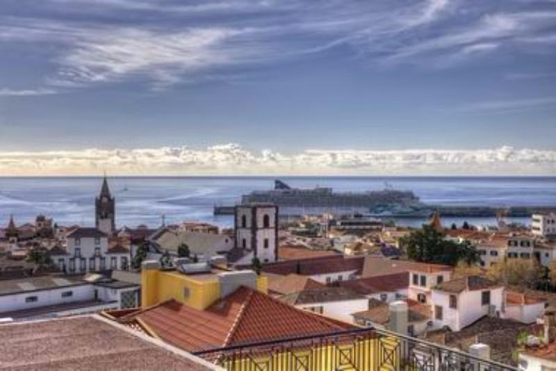 A 3 csillagos Hotel Orquidea Madeira szigetén Funchal városában található. Az idelátogatók rövid sétával elérhetnek minden fontosabb történelmi nevezetességet, múzeumot és sok más kulturális látnivalót, valamint a hotel is széleskörű szolgáltatást nyújt vendégei számára. Ideális választás lehet turisták és üzleti utazók számára egyaránt.
