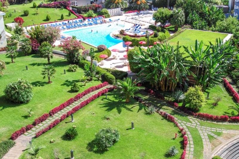 A 4 csillagos Hotel Musa d'Ajuda Madeira szigetén Funchal városában található nem messze az óceánparttól. A közelben éttermek, bárok érik egymást, valamint pár perc sétával elérhető egy bevásárlóközpont is privát parkolóval. Ez a szálloda tökéletes választás lehet mind pároknak, családoknak és baráti társaságoknak egyaránt egy felejthetetlen nyaraláshoz.