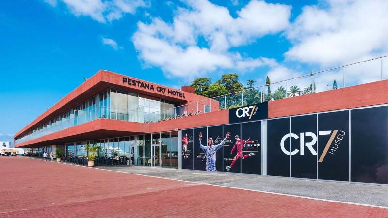 A 4 csillagos Pestana CR7 hotel Madeira szigetén Funchal városában található, mindössze 300 méterre a kikötőtől. Az izgalmas és egyedi szálloda a világhírű madeirai születésű futballista Cristiano Ronaldo nevét viseli. Az egész komplexum egy modern és magas technológiájú világba vezeti be vendégeit, ahol mindenhol jelen van a futballista valamilyen formában. Aki ezt a szállodát választja a nyaralásához, biztos lehet benne, hogy egy életre szóló élményben lesz része.