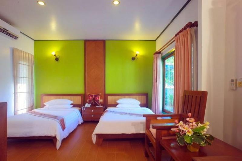 Középkategóriás hotel a sziget észak-keleti csücskében található Samron Bay – vagy ahogy még ismerik, a titkos part - homokos tengerpartján, nyugodt környezetben. Chaweng és Lamai nyüzsgő strandjai innen kb. fél órás autóútra találhatóak. A nyugodt, csendes környezet miatt a pihenésre vágyó Utasainknak ajánljuk. A transzferidő a repülőtérről kb. 15 perc. Összesen 65 kisebb villa található elszórtan a kertben egy domboldalon.