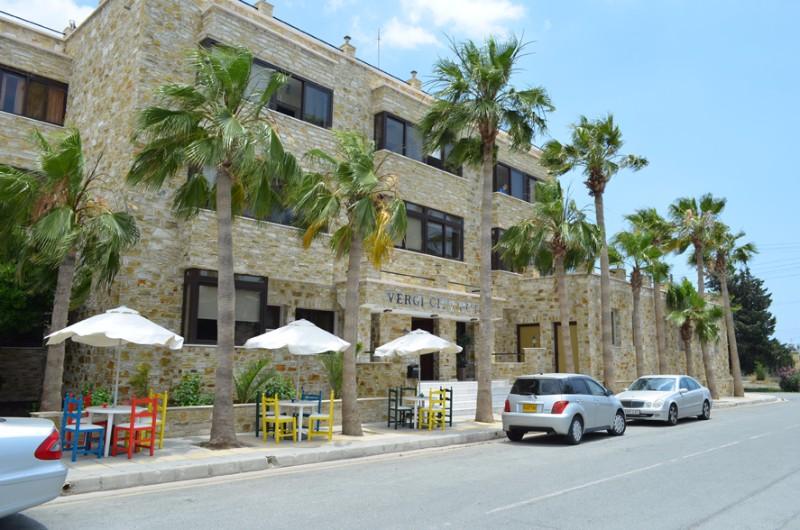 A 2 csillagos teljesen felújított Vergi City Hotel Larnaca üdülőövezetében a tengerparttól mindössze 150 méterre fekszik. A szálloda saját medencével, napozóterasszal és étteremmel rendelkezik, ahol finom grill ételekkel várják a vendégeket. A városközpont és a tengerpart közelsége lehetővé teszi a felejthetetlen nyaralás élményét. A Vergi City Hotel tökéletes választás lehet mind családoknak és pároknak egyaránt.