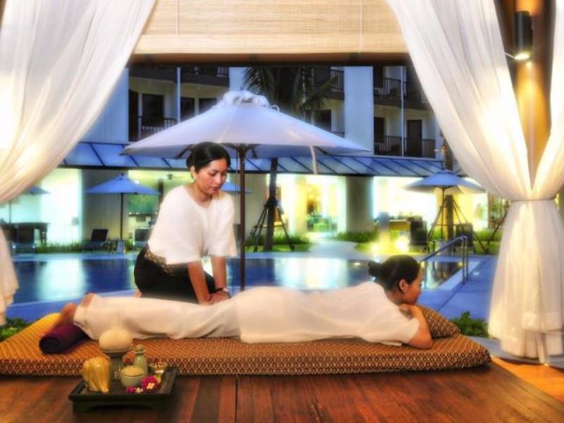 A modern, 258 szobás szálloda Kata Beachen található, a meseszép tengerparttól és Kata központjától is kb. 1 km-re. Patong központja 10 km, ahol számtalan szórakozási és vásárlási lehetőség várja az utasokat. A kellemes hotel szolgáltatásainak köszönhetően családok részére is ideális választás. Éttermében a thai konyha remekeit tapas stílusban kínálják.