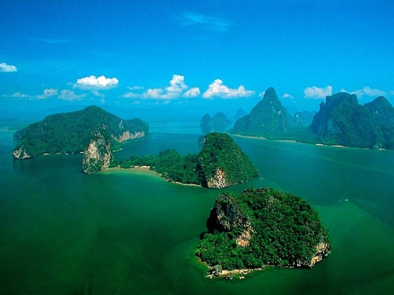 Kombinált nyaralás Thaiföldön (Bangkok **** 2/3éj és 7/9/12éj Ibis Kata Beach *** Phuket). A modern, 258 szobás szálloda Kata Beachen található, a meseszép tengerparttól és Kata központjától is kb. 1 km-re. Patong központja 10 km, ahol számtalan szórakozási és vásárlási lehetőség várja az utasokat. A kellemes hotel szolgáltatásainak köszönhetően családok részére is ideális választás. Éttermében a thai konyha remekeit tapas stílusban kínálják.