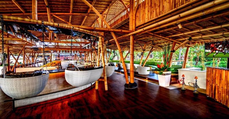 A szálloda közvetlenül Mertasari homokos strandján épült, mindössze 20 kilométerre Bali nemzetközi repülőterétől. Elhelyezkedésének köszönhetően könnyen elérhetők a legfőbb látnivalók. Ideális szálláshely azok számára, akik szeretnék felfedezni a barátságos lakóiról, vibráló templomi fesztiváljairól, napsütötte strandjairól híres szigetet.