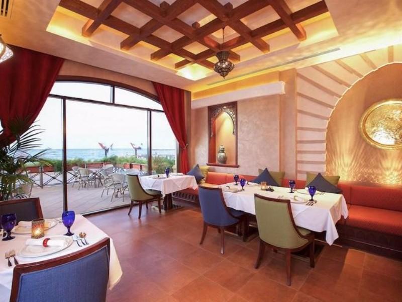 Dubai nyüzsgő városától mindössze 1 órányi autóútra található, Ras Al Khaimah Emírségben ez a különleges 5 csillagos, alkoholmentes szálloda. Az első emberi kéz alkotta szigeten fekszik a hotel, paradicsomi környezetben. Az üdülőhely ideális választás azok számára, akik az arab kultúra szerelmesei. A szállodából lélegzetelállító látvány nyílik a Perzsa-öbölre, továbbá magas színvonalú szolgáltatásai kiválóan tükrözik az arab hagyományokat és annak vendégszeretetét. A közelben számtalan vásárlási és sportolási lehetőség is könnyen elérhető.