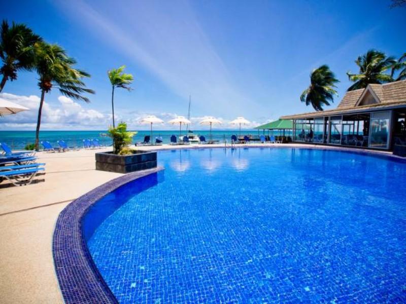 A 200 hektáros egzotikus kertben álló, közvetlen tengerparti szálloda privát strandjával nyugodt, békés nyaralást, barátságos légkört kínál vendégeinek. Nevét a különleges és rendkívül ritka coco de mer pálmáról kapta, melynek számtalan példányát megcsodálhatják a szállodát körülölelő trópusi erdőben. A szálloda kertjéből varázslatos kilátás nyílik a környező szigetekre, erdős hegyoldalakra, esténkét pedig lenyűgöző naplementék részesei lehetnek.