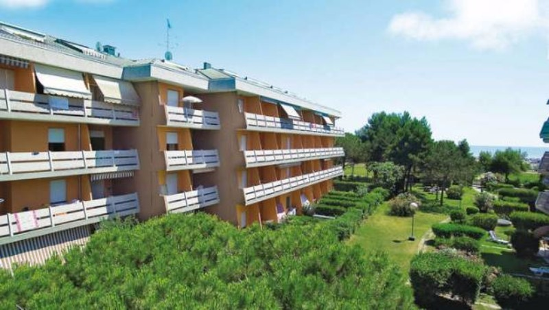 Részlegesen felújított tengerparti fekvésű, 4 emeletes üdülőkomplexum, fedett parkolóhellyel (apartmanonként 1 db), tágas terasszal, 2 lifttel.