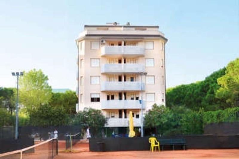 Szállás az alábbi apartmanok egyikében: Teti, Horizont, Tagliamento, Maracaibo, Tiziano, Pleione, Cà Laurana, Gabbiano e Mauro. Az épületek központi részen , 50-150 m-re található a homokos parttól, lifttel, parkolóhellyel (apartmanonként 1 db).