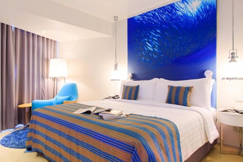 Az ízléses és legmodernebb trendeknek megfelelően berendezett szálloda törekvése, hogy a hotel 4 csillagja ellenére a vendégei 5 csillagos szálloda kényelmét élvezhessék. A Phra Tamnak Hill felkapott városnegyedében található szálloda kitűnő szolgáltatásokkal, barátságos személyzettel, remek ár/érték aránnyal várja a vendégeit, az itt érezhető vendégszeretet igazán feledhetetlenné teszi a nyaralást. A szálloda vendégeinek ingyenes wifit biztosít. A tengerpart kb. 15 perc sétával érhető el, a nyüzsgő központ pedig mindössze kb. 3,5 km. Remek elhelyezkedéséből adódóan tökéletes kiindulópontja a város és nevezetességei felfedezéséhez.