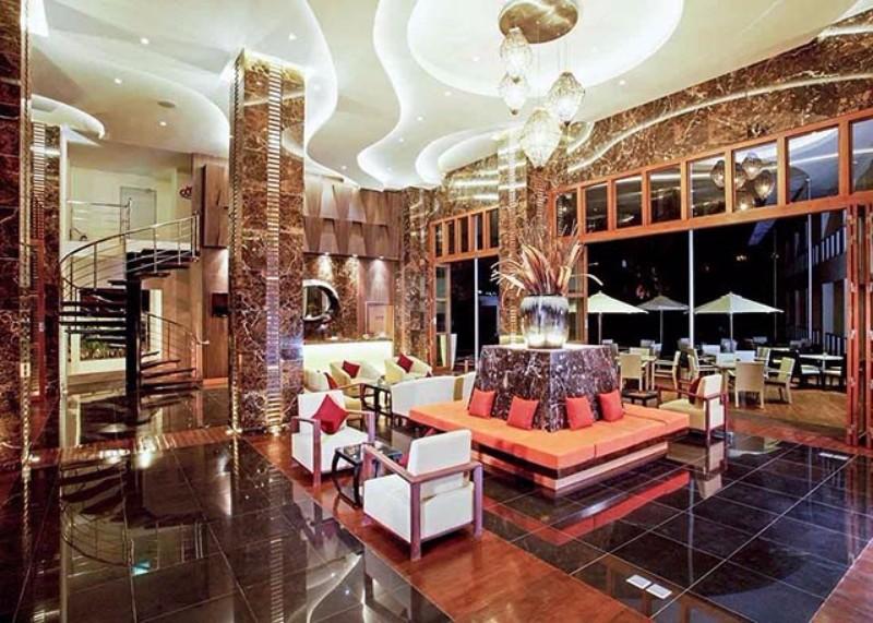 A népszerű szálloda remek helyen, Pattaya nyüzsgő központjához közel (kb. 5 perc séta), a tengerparttól kb. 800 méterre található. Tökéletes választás az állandóan vibráló nyaralóhely felfedezéséhez. A szálloda színvonalas szolgáltatásaival, ízléses szobákkal és a szálloda egész területén ingyenes wifivel várja a vendégeket. A szállodát a vendégek remek koktéljai miatt is kedvelik, melyeket a szálloda úszómedencéjében hűsölve is fogyaszthatnak a pompás kialakítású medencebárban.