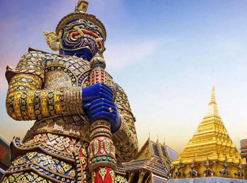 Kombinált nyaralás Thaiföldön (2/3 éj Hotel **** Bangkok és 7/9/12 éj Centara Nova **** Pattaya): A népszerű szálloda remek helyen, Pattaya nyüzsgő központjához közel (kb. 5 perc séta). Tökéletes választás az állandóan vibráló nyaralóhely felfedezéséhez. A szálloda színvonalas szolgáltatásaival, ízléses szobákkal és a szálloda egész területén ingyenes wifivel várja a vendégeket. A szállodát a vendégek remek koktéljai miatt is kedvelik, melyeket a szálloda úszómedencéjében hűsölve is fogyaszthatnak a pompás kialakítású medencebárban.
