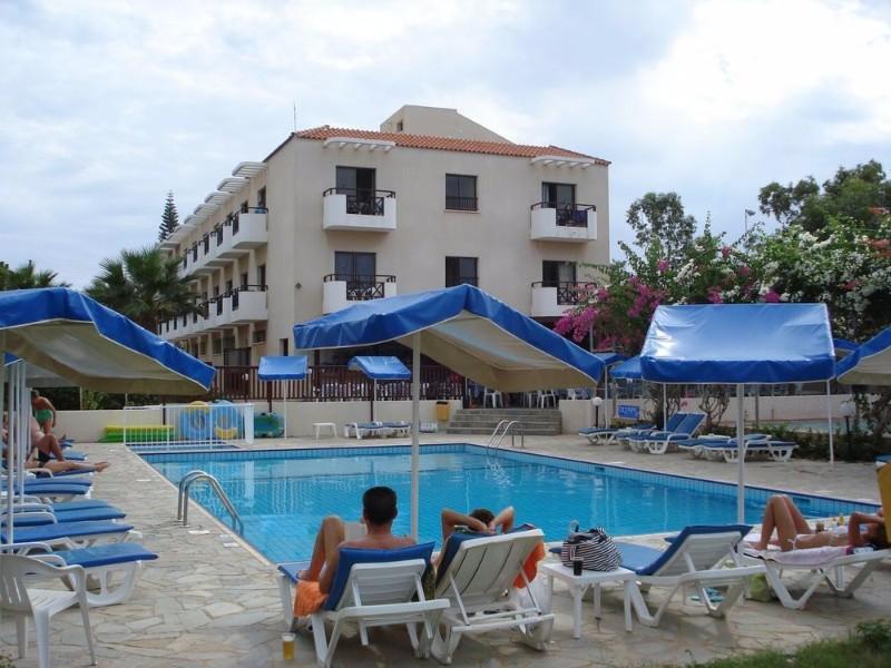 A Hotel Harry's egy családi kézben lévő szálloda. Kiválóan alkalmas a pihentető nyaralásra vágyóknak. A szálloda mindössze 50 méterre található a tengertől és pár perc sétára a nyüzsgő bároktól, éttermektől.