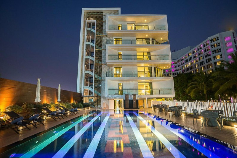 A kisebb, 80 szobás, luxust és kényelmet mesterien ötvöző exkluzív butikhotel a nyüzsgő Pattaya szívében található, a finomhomokos tengerparttól mindössze egy út választja el. Közelében számtalan üzlet, étterem és szórakozási lehetőség található.