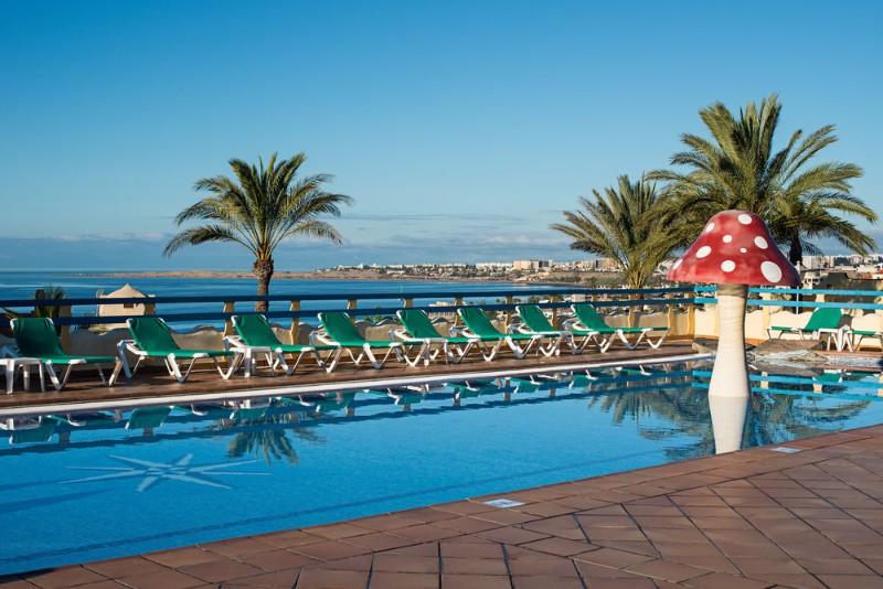 Négy hektáron elterülő, buja mediterrán kertben kialakított fiatalos, 408 szobás szálloda. A tengerparti magaslaton fekszik, a vulkáni homokos strandot lépcsőkön (kb.150 lépcsőfok) lehet megközelíteni. Sokrétű szolgáltatásainak köszönhetően családosoknak, fiataloknak ajánlható hotel. San Agustin városközpontjától kb. 2 kilométerre fekszik.