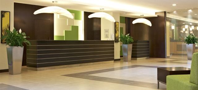 Modern keleti pompa, kényelem, minden igényt kielégítő szolgáltatás: ez várja Önt a Citymax Hotel Bur Dubai szállodában! A három csillagos hotel Bur Dubai történelmi kerületben található, a Burjuman bevásárlóközpont a szállodától kb. 10-15 percre. Tökéletes kiindulópont a város felfedezésére, hiszen a legközelebbi metrómegálló (Khalid Bin Walid) egy könnyed sétával (kb. 2 km) elérhető. A szálloda professzionális, segítőkész személyzettel várja a pihenni vágyó utasokat, akiknek garantált a felejthetetlen nyaralás!