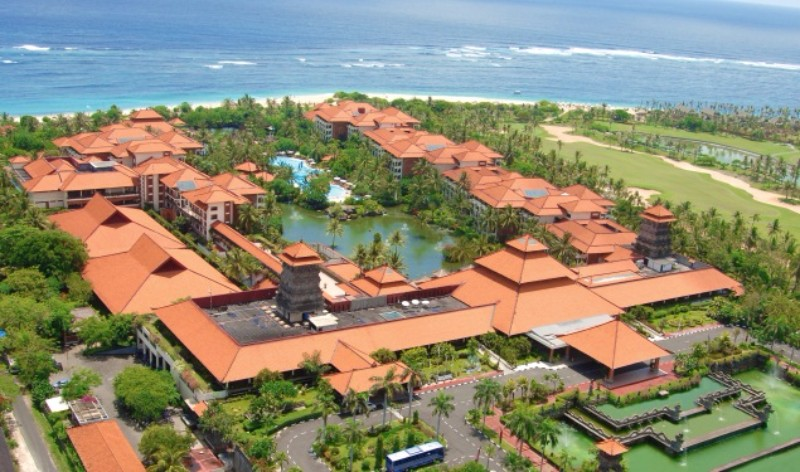 A Nusa Dua szívében elhelyezkedő luxusszálloda magas színvonalú szolgáltatásai, a Balinéz vendégszeretet és misztikum keveredése minden vendég számára nagyszerű kikapcsolódási lehetőséget kínálnak. A zöldellő trópusi kertben elhelyezkedő ötcsillagos resort 537 elegánsan berendezett szobával és lakosztállyal rendelkezik, elhelyezkedésének köszönhetően a szálloda egész területéről lenyűgözi kilátás nyílik az Indiai-óceánra. Az épülethez egy 300 méter hosszú, fehérhomokos privát strand tartozik.