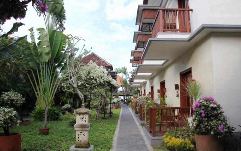 A minimalista stílusban berendezett szálloda egyedülálló ötvözete a modern és tradicionális belsőépítészeti megoldásoknak. A trópusi kertben elhelyezkedő közvetlen tengerparti szálloda Sanur szívében épült, mégis távol a zajtól és nyüzsgéstől. A szálloda éttermében a frissen fogott tenger gyümölcseinek gazdag kínálata várja. Érdemes felkeresni a Gunung Agung szent hegyet, amely 45 km-re van a található, illetve Penida-, Ceningan- és Lembongan-szigetek is könnyen elérhetők.