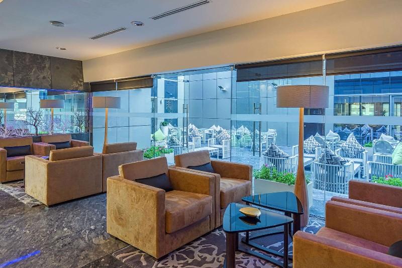 Dubai egyik legkedveltebb negyedében a Marinában található. A legközelebbi metró megálló és a Jumeirah Beach tengerparti szakasza mindössze pár perc séta távolságra helyezkedik el. A 2016-ban épült hotel modern stílussal, kényelmes és tágas szobákkal, számtalan szolgáltatással várja a vendégeket. Tetőtéri medencéje felüdülést kínál a legmelegebb napokon is.
