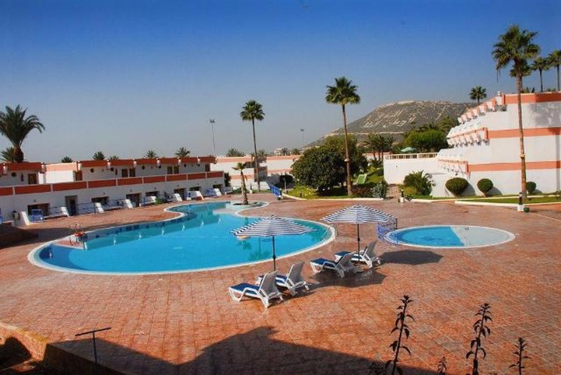 Az óceánpart közeli kiváló elhelyezkedéssel bíró szálloda a repülőtértől 25 km távolságra épült, továbbá Agadir város központja és kikötője is könnyedén megközelíthető. Egy kellemes néhány perces sétával a homokos óceánpart érhető el, ahol a hotel saját strandszakasszal rendelkezik.
